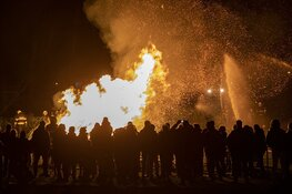 Metershoge vlammen bij kerstbomenverbranding in Bennebroek
