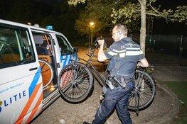 Politie neemt fietsen hangjeugd mee na melding brand zendmast Overveen