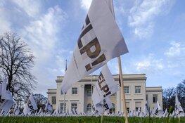Grasveld gemeentehuis Bloemendaal bezaaid met vlaggen